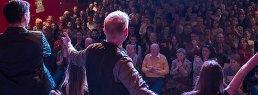 zauberer auf der Bühne